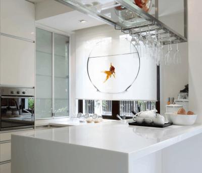 Een rondzwemmende goudvis voor je keukenraam