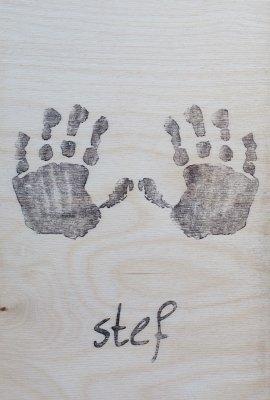studiompeet-tekening-op-hout-handafdruk-met-naam-vrijstaand