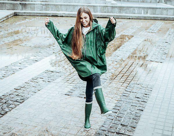 hip in de regen groene regenjas