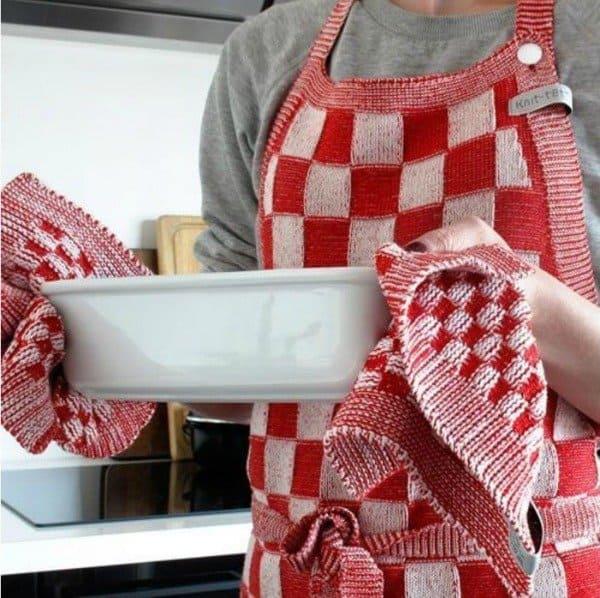 Keukenschort in blok patroon gebreid in Nederland door Knit Factory. Duurzaam en zeer praktisch in gebruik. Rekt niet uit, blijft mooi in model. Verkrijgbaar in meerdere kleuren