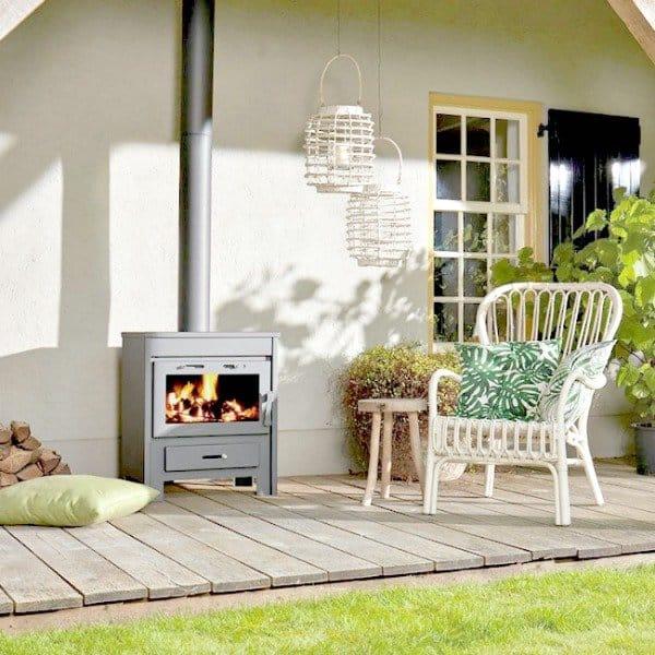 Verjaag de winter en voorjaarskou met deze heerlijke houtkachel. Een echte eyecather onder je veranda en een heerlijke warmtebron [Tuinhaardxxl.nl]