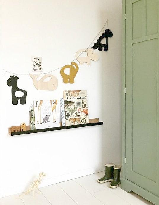 slinger met houten figuren en dieren