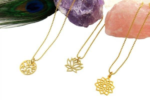 De collectie met 14 karaat goud gevulde symboolkettingen