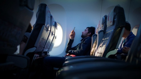 offline muziek luisteren en films kijken in het vliegtuig