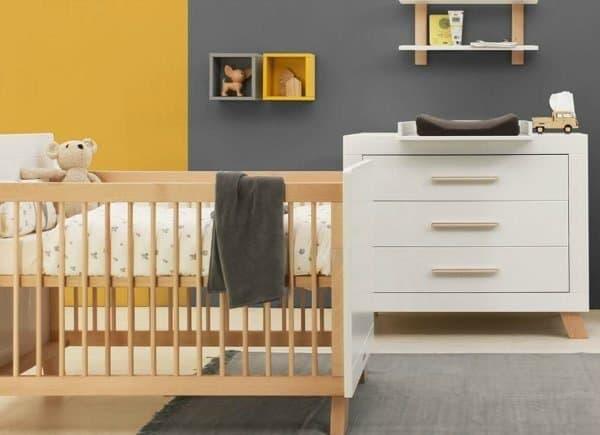 Kledingkast, commode, wandrek en babybed van serie Lisa gecombineerd met okergeel en grafietgrijs