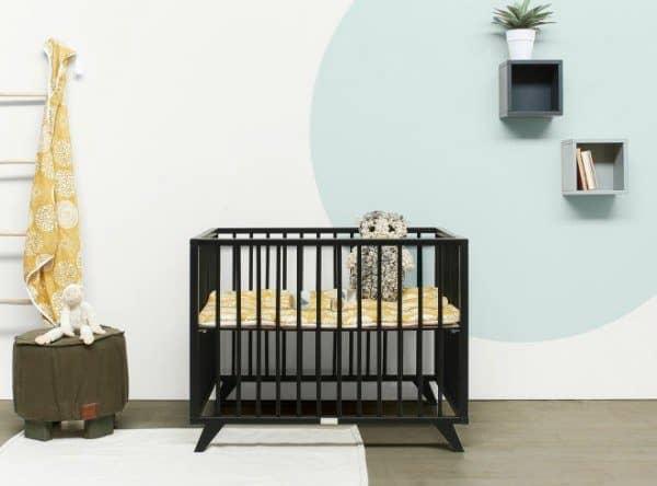 Babybox Retro is voorzien van ronde spijlen en schuine pootjes.