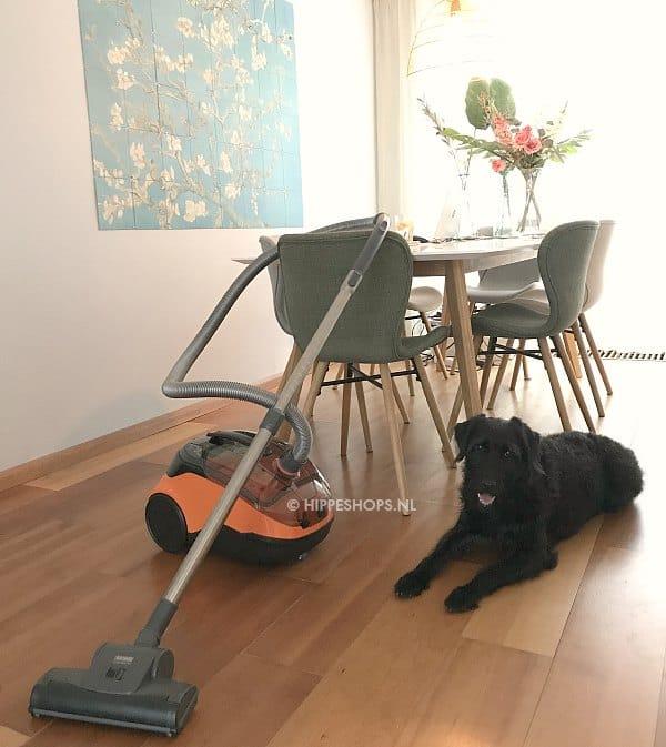 De cycloonstofzuiger is geschikt voor alle soorten vloeren, van glad tot hoogpolig tapijt
