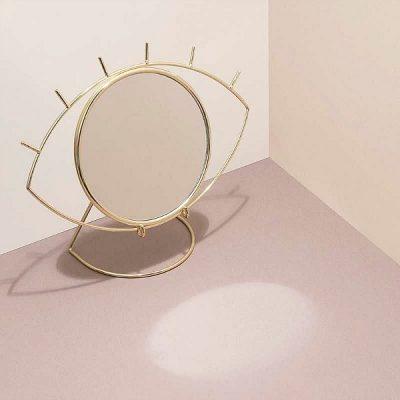 Trendy! Deze gouden tafelspiegel Cycloop (twv €31,95) van Interior Gifts