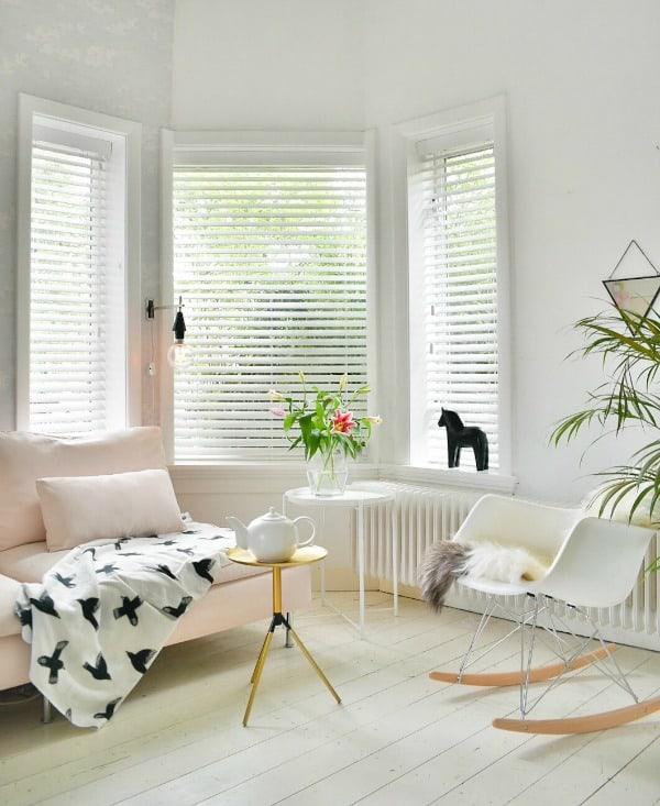 witte jalouzieen woonkamer venster