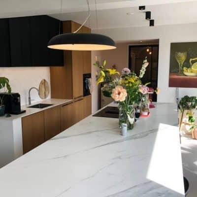 Geef je keuken een hippe metamorfose met nieuwe keukenfronten en een keukenblad op maat