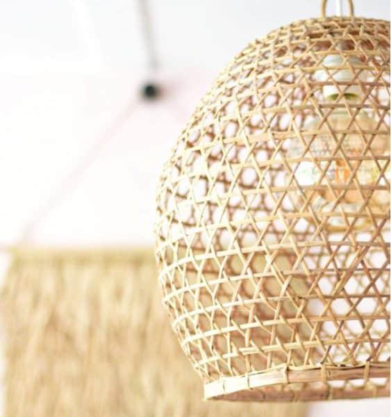 Handgevlochten hanenmand lamp van bamboe uit Indonesië.