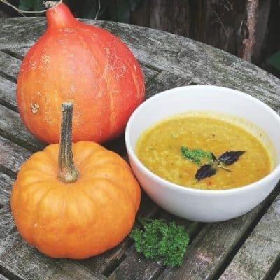 Deze pittige vegan pompoensoep is heerlijk én voedzaam in de herfst
