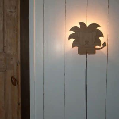 Kinderkamer wandlamp van hout: hip en duurzaam