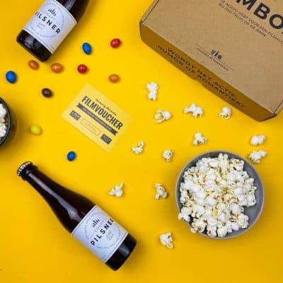 Laat een thuisbios filmpakket, moordspel crimibox of vrijmibo borrelpakket thuisbezorgen