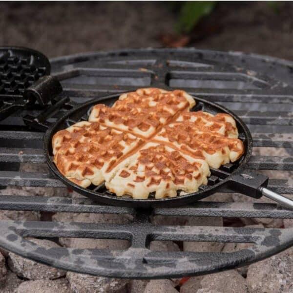 buiten koken op vuur wafelijzer