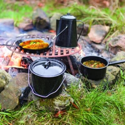 Avontuurlijk buiten eten bij een kampvuur